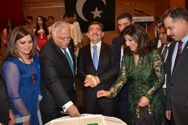 Turkish Minister for Environment and Ambassador Haroon Shaukat cutting a cake to mark national day of Pakistan