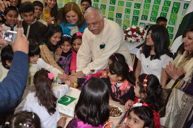Ambassador Haroon Shaukat and Pakistan Embassy school children cutting National Day of Pakistan cake on 23 March 2014