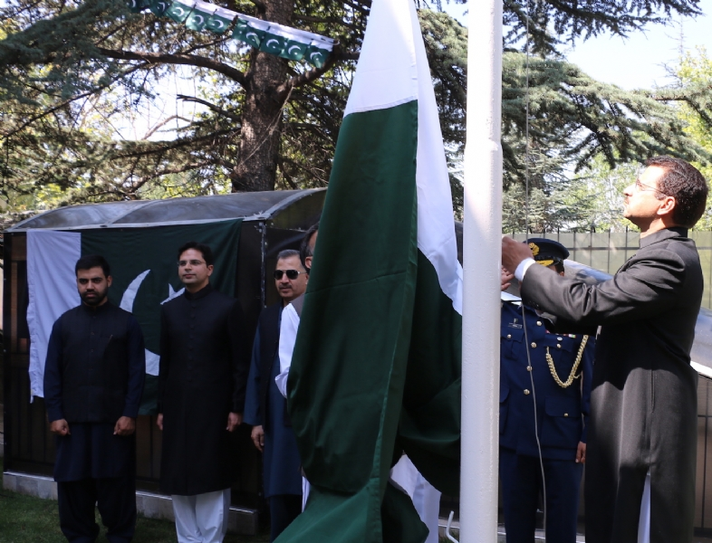 Charge d'Affairs of Pakistan Syed Ali Asad Gilani hoisting Pakistan flag at Ankara on 14 August 2017