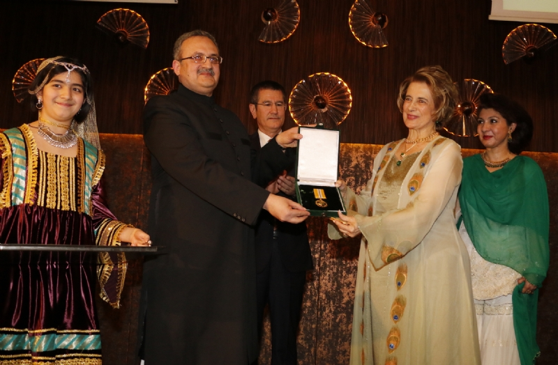 Ambassador Syrus Qazi presenting Pakistan's civil award to Prof. Dr. Oya Akgonenc during Pakistan Day reception